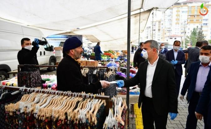 Başkan Çınar, pazarcı esnafına maske ve eldiven dağıttı
