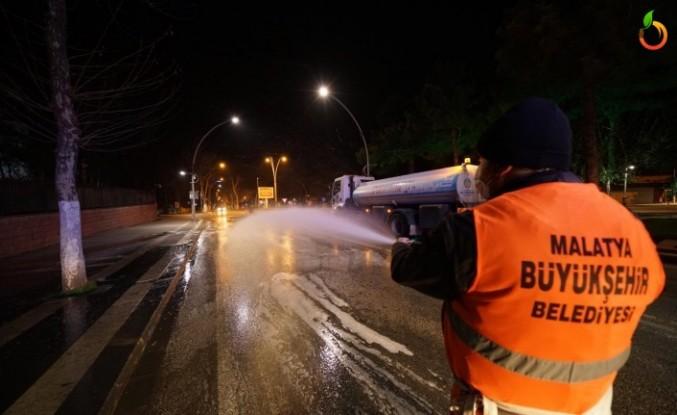 Büyükşehir Belediyesi cadde ve sokakları dezenfekte ediyor