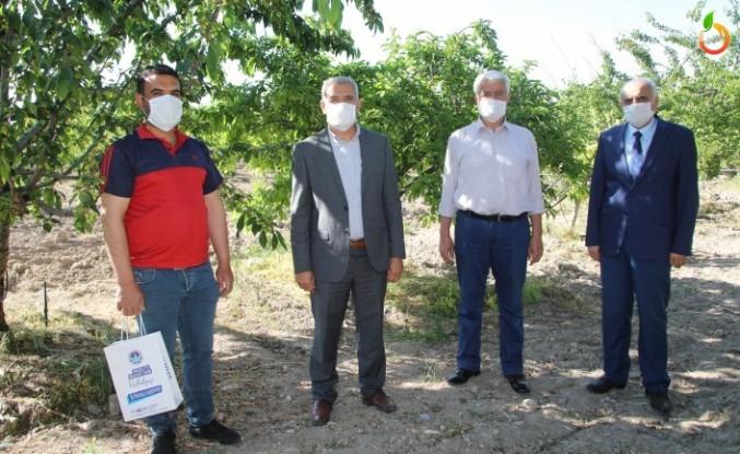 Başkan Güder, Çiftçilerin Gününü Tarlada Kutladı
