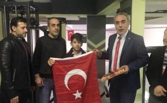 Dünya Şampiyonuna Kur'an-ı Kerim ve Türk Bayrağı Hediye Edildi